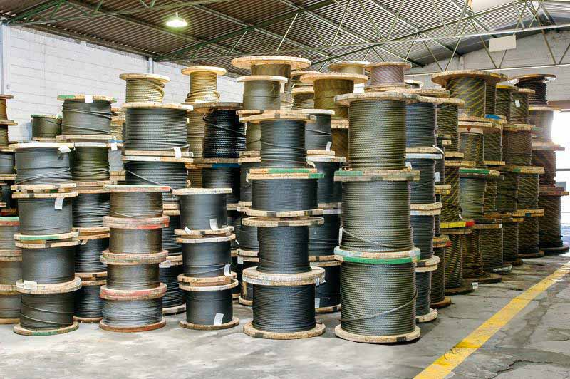 carretes de cable grandes almacenados